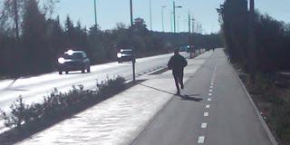 gente corriendo a pie por el carril bici