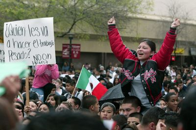 http://3.bp.blogspot.com/_V_DWyohIhFc/S_NHxg1Db_I/AAAAAAAAAKE/VR8hAkWVYZ8/s1600/marcha+migrantes.jpg+2.jpg