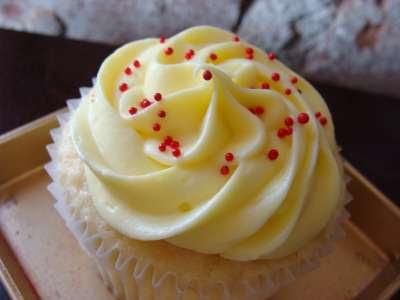 http://3.bp.blogspot.com/_V_YCMaf1pgo/SXyXlku-ztI/AAAAAAAABRI/902GXCipf_Q/s400/Lemon+Cupcakes+2.jpg