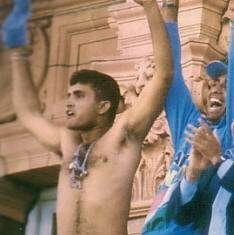 Sourav Ganguly waive his tshirt