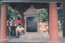 Thăm mộ Nguyễn Du cuối 2004