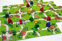/></a>Pravidla  jsou shrnuta do sedmi bodů na dvou stranách i s obrázky. Z toho první  dva hru představují a poslední říká, kdy a jak hra končí. Seznámíte se s  nimi velmi rychle, takže hned můžete začít hrát. Hra je rychlá a plyne  bez zbytečného zdržování a protahování. A nic brání zahrání několika  partií za sebou. Pokud bude pohromadě dětí více, zvládnou další hry v  pohodě samy. <br /><br />Děti z Carcassonne jsou ušity dětem na míru, a  nutno říci, že promyšleně a zdařile. Hru doporučuji všem, kdo mají malé  děti. Už s čtyřletým dítětem si zahrajete a bude vás bavit jeho nadšení z  každého panáčka a ovečky, pětileté zvládne hru rychle a starší budou  vymýšlet způsoby, jak vás dospělé nekompromisně porazit. Hra je  jednoduchá, a otázkou je, jak často ji hrát, aby se vám neohrála. Pokud  ji prostřídáte i s jinými hrami, bude výbornou součástí herní kolekce  vašich dětí.<br /><br />Zkušenější hráče ale musím varovat, hra je to  opravdu jednoduchá. Přesto v ní můžete objevovat různé taktické  možnosti. Například v tom, jak nejlépe přikládat kartičky s postavičkami  vaší barvy, abyste je uzavírali, a naopak soupeři ne. Co říci na závěr:  Děti z Carcassonne vaše ratolesti pěkně a přirozeně uvedou do světa  deskových her, přitom se leccos naučí a společně se budete dobře bavit.</span></p> <p style=