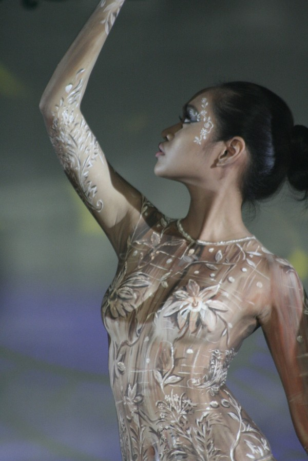 18 model in body painting show 600x899 20 Lukisan Badan Yg Gempak