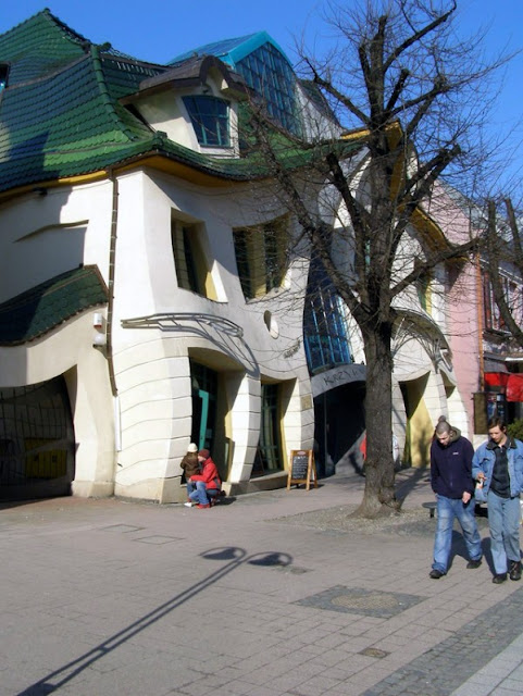 Crooked house in Poland02