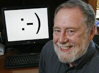 INVENTOR. Scott E. Fahlman, profesor de investigación de la Universidad Carnegie Mellon, EE.UU., posa junto al ícono que creó. (AP)