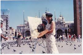 Sonia voando com os pombos em sua nobre arte