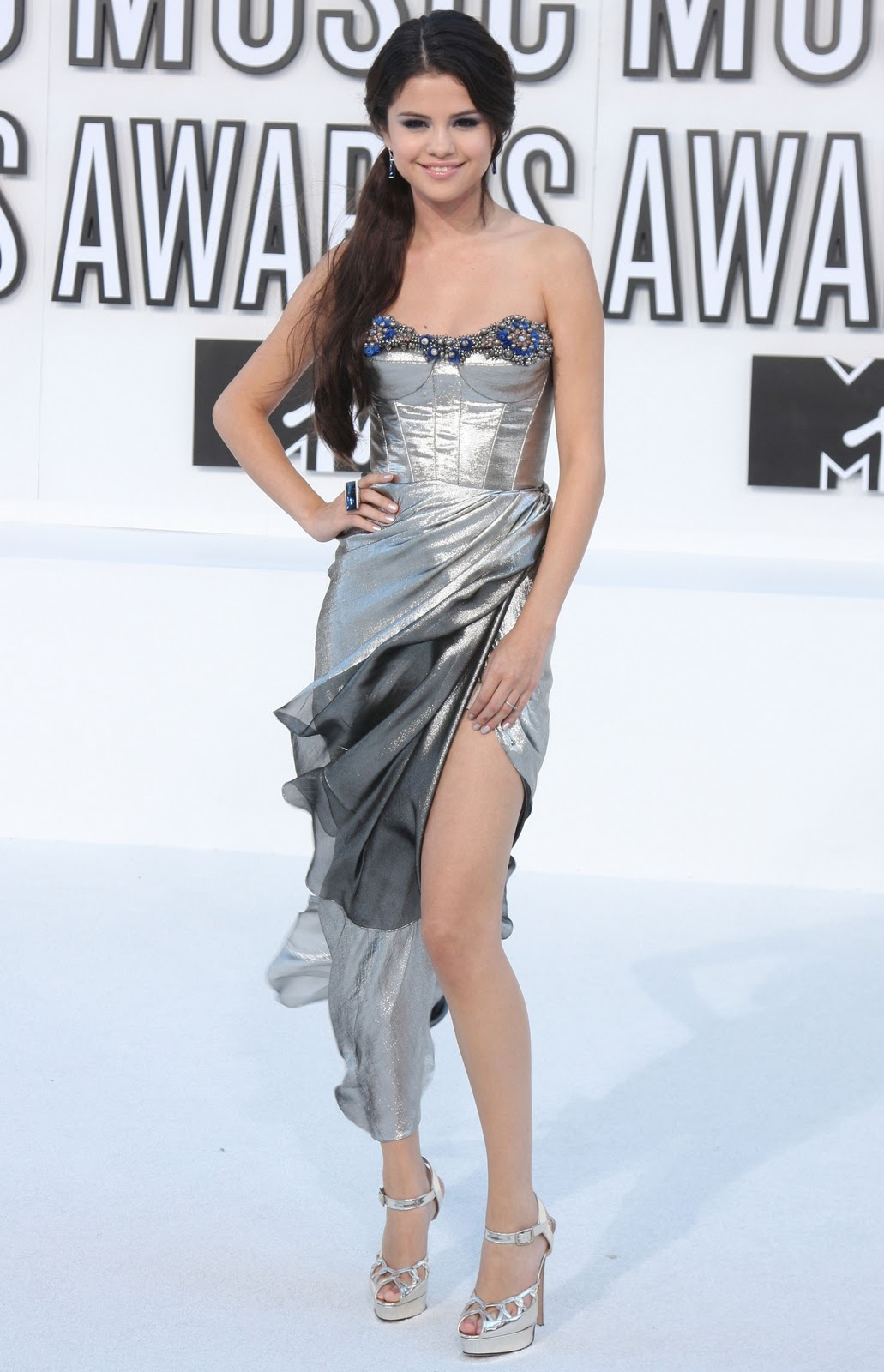 http://3.bp.blogspot.com/_VxSUkzjNTLU/TNK2ZJXHn_I/AAAAAAAASrI/kMdbs-2xtaA/s1600/Selena-Gomez-at-2010-Mtv-music-awards.jpg
