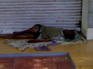 Terpaksa tidur di tepi kedai-kedai untuk mendapat rehat.