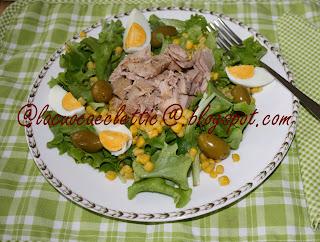 Insalata con lattughino, ventresca di tonno, uova sode e olive