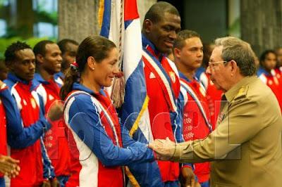 Raúl Castro saluda a la Yoanka González