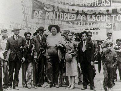 Frida Kahlo y Diego Rivera en la marcha del 1º de Mayo (T. Modotti,1929)