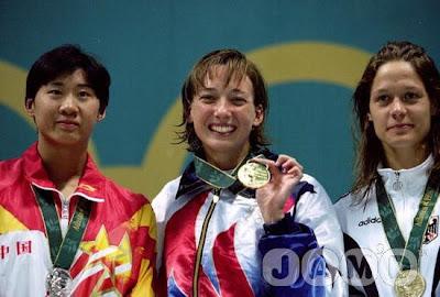 Atlanta 1996 - Podium de los 50 metros libres, con Amy Van Dyken, Le Jingyi y Sandra Völker
