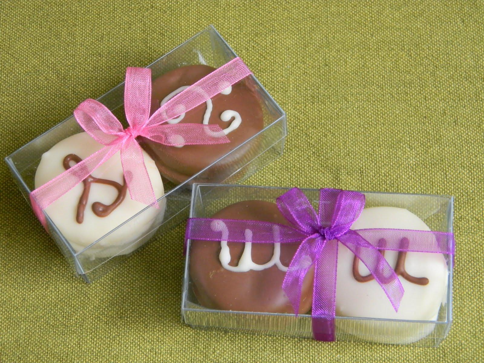 Cajas de 2 alfajores bañados en chocolate y decorados