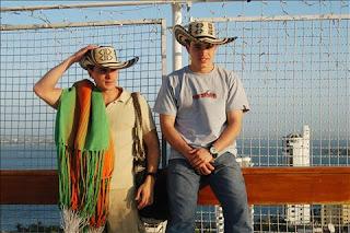 Tomás y Jerónimo posando con exclusivos productos artesanales de su empresa SalvArte