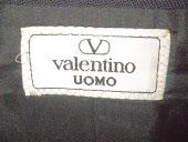 Este maravilhoso Paleto Valentino em tamanho 54 tem todos os botoes gravados com a marca, Incrivel!