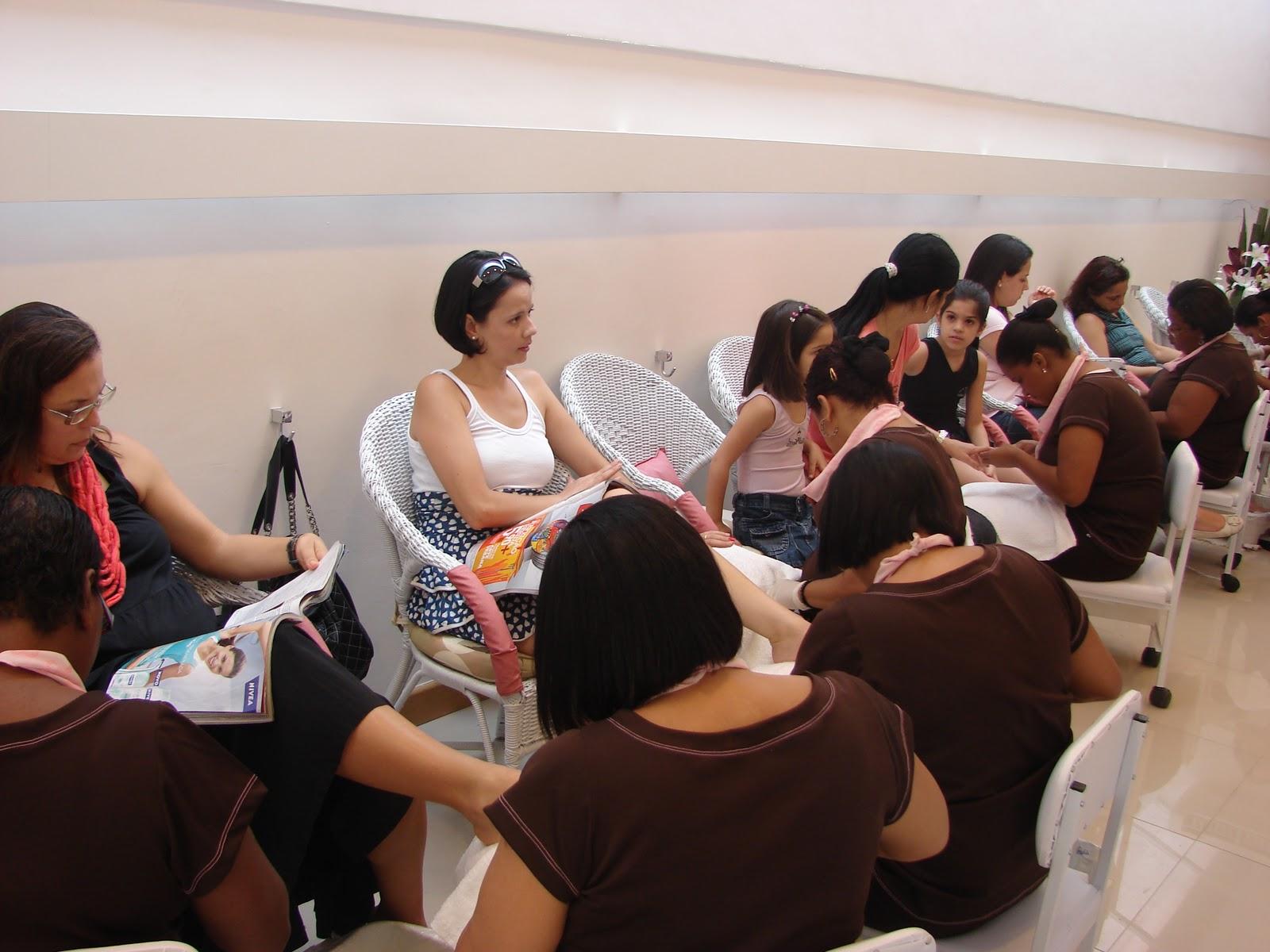 #9D2E2E  clientes. Repare nos detalhes em rosa e marrom dos uniformes um luxo 3200 Janelas De Madeira Em Niteroi