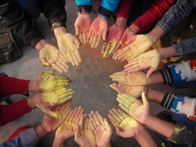 http://3.bp.blogspot.com/_WFOlo9O6gYw/SbdwGPmhtPI/AAAAAAAAAQo/Us0oghHASMU/s400/holi-hands.jpg