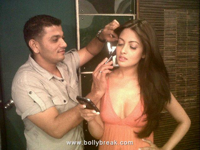 Sexy Riya Sen with her Make Up Artist
