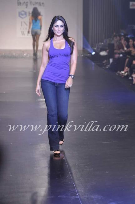 Hot Kareena Kapoor sizzle in Sexy Top Jeans at HDIL - 4 Pics