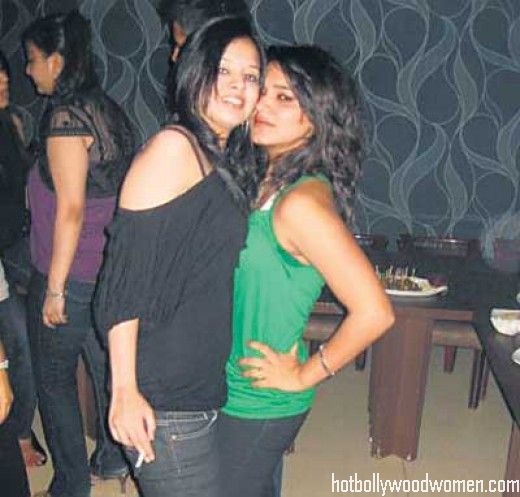 Dhoni's Wife Sakshi Smoking in a party