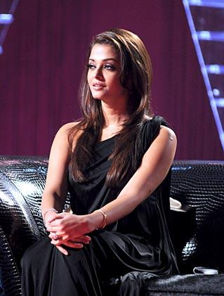  Sexy Aish with Abhishek on the sets of Koffee with Karan