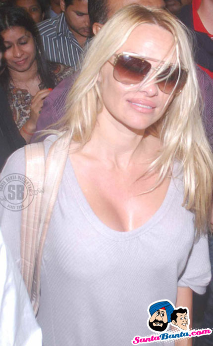 Sexy Pamela Anderson spotted at Mumbai Airport for Bigg Boss 4