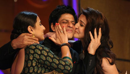 Anushka Sharma-Vidya Balan kiss to SRK at Apsara Awards