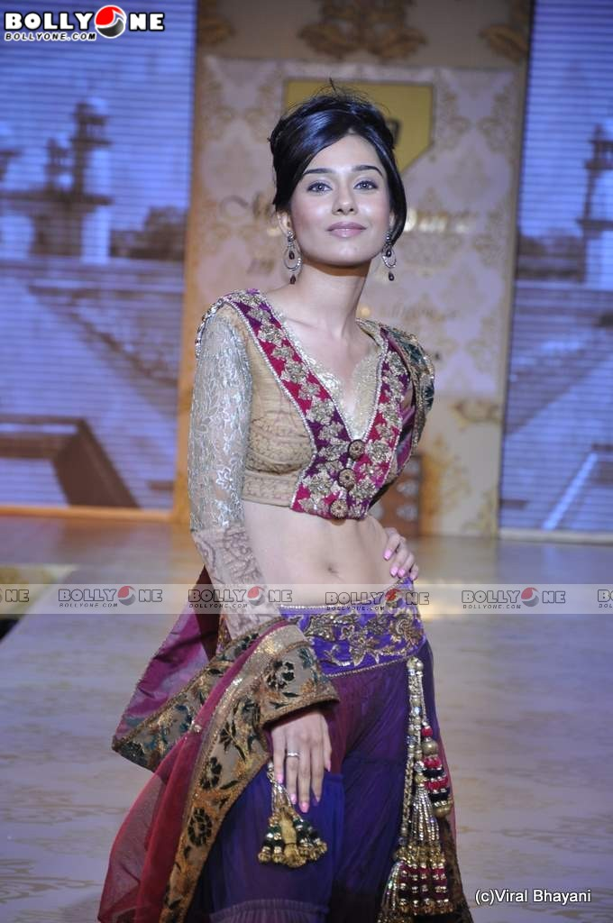 Sweet Amrita Rao at Mijwan Fashion show 