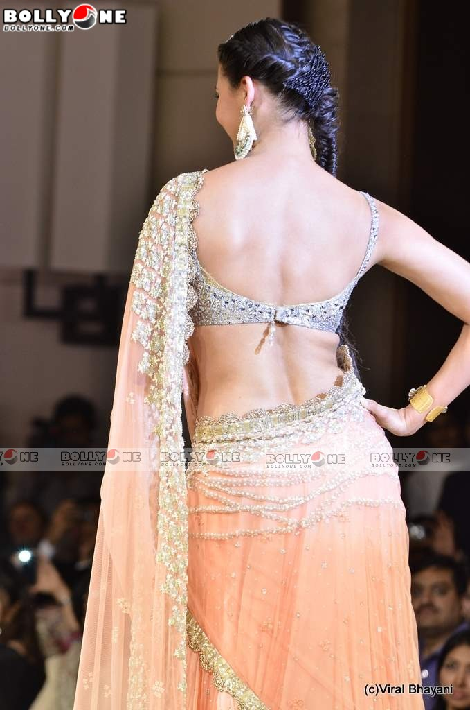 Hot Lara Dutta Walk the Ramp for Mijwan Fashion show