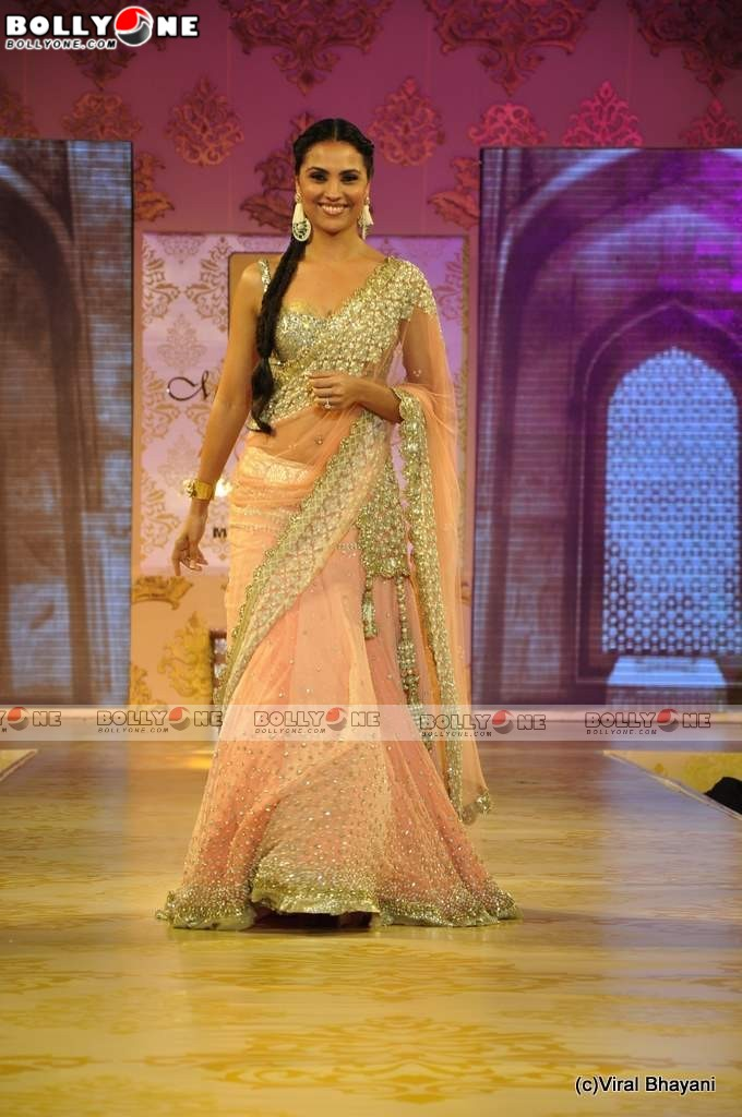 Hot Lara Dutta Walk the Ramp for Mijwan Fashion show - SEXIEST FASHION SHOWS IN THE WORLD PICS - Famous Celebrity Picture