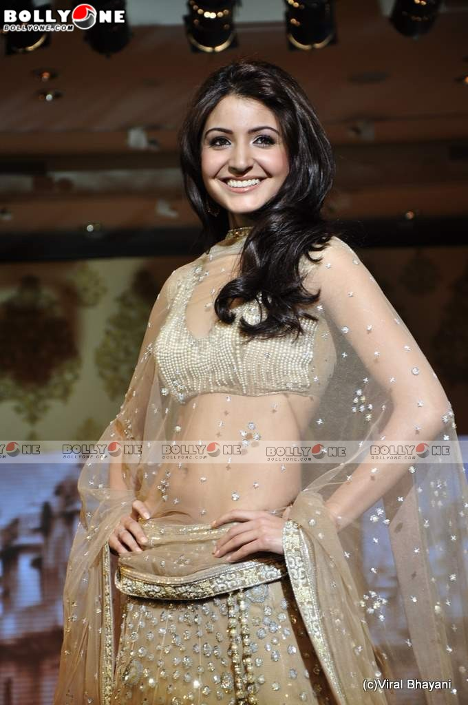 Hot Anushka Sharma Walk the Ramp for Mijwan Fashion show - SEXIEST FASHION SHOWS IN THE WORLD PICS - Famous Celebrity Picture