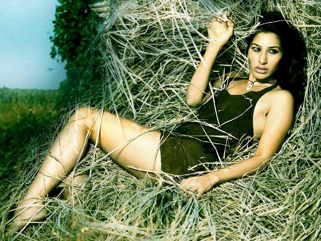 Sophie Choudhary Hot Wallpaper in Village Barn