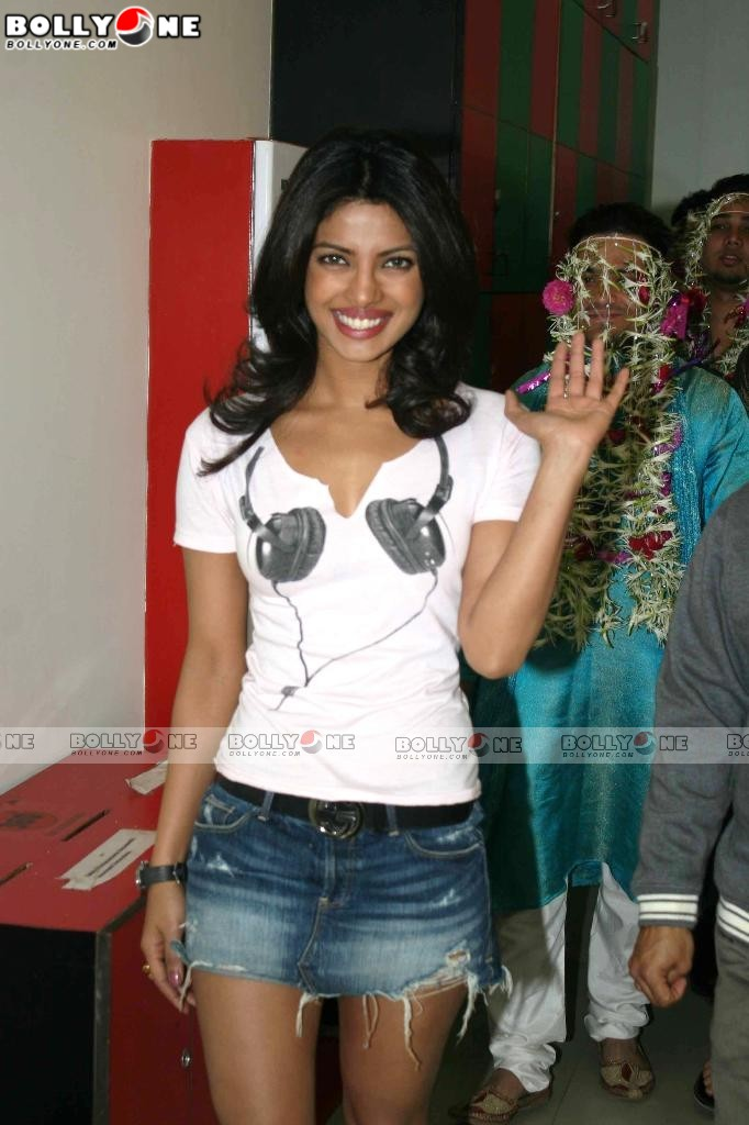Priyanka Chopra promotes 7 Khoon Maaf at Radio Mirchi