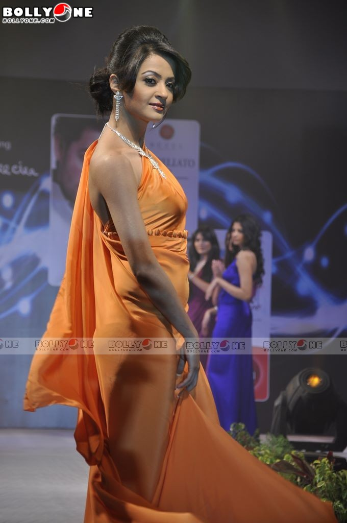 HOT Surveen Chawla walks for James Feraira at International Boat show