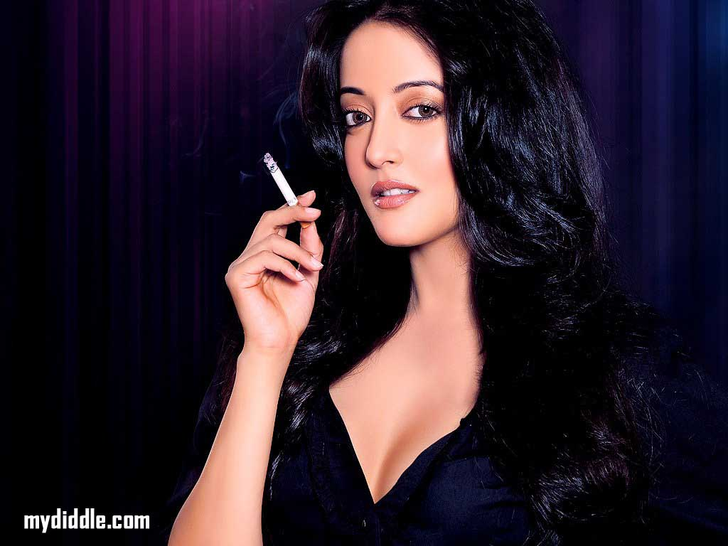Raima Sen heats up a cigarette