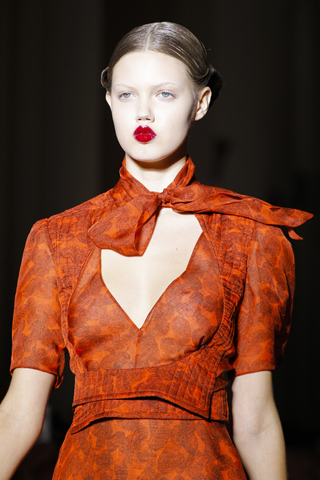 Темно красное платье с алмазом
