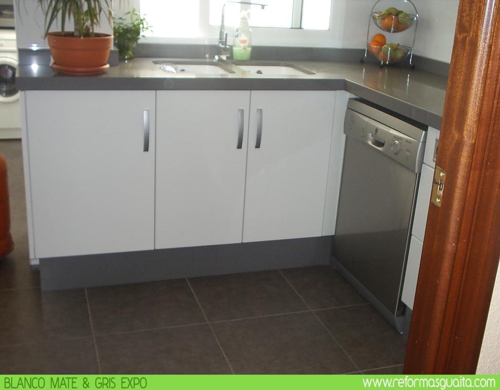 Cocina blanco mate con bancada en gris reformas guaita for Cocinas con granito gris