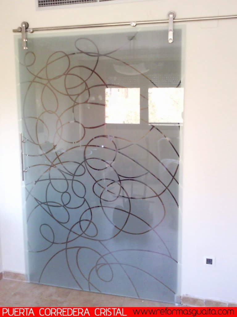 Puerta corredera con gu a vista en cristal reformas guaita - Como poner una puerta corredera ...