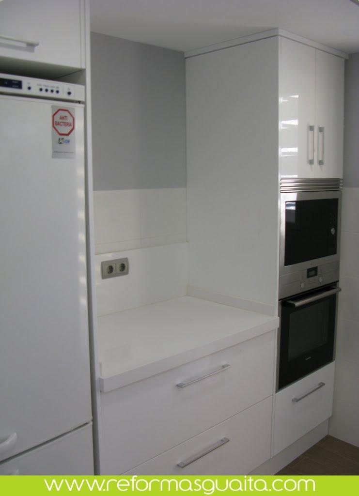 Luminosa cocina blanca en el perellonet reformas guaita - Columna horno y microondas ...