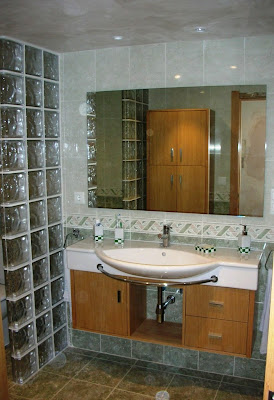 Cuarto de baño con separadores de pavés ~ Reformas Guaita