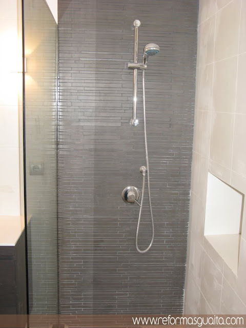 baño blanco luminoso bien distribuido ducha obra