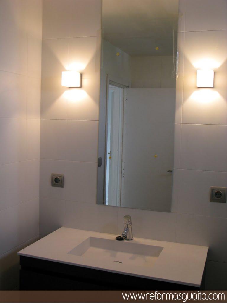 Un ba o blanco bien distribuido reformas guaita - Espejos para lavabos ...