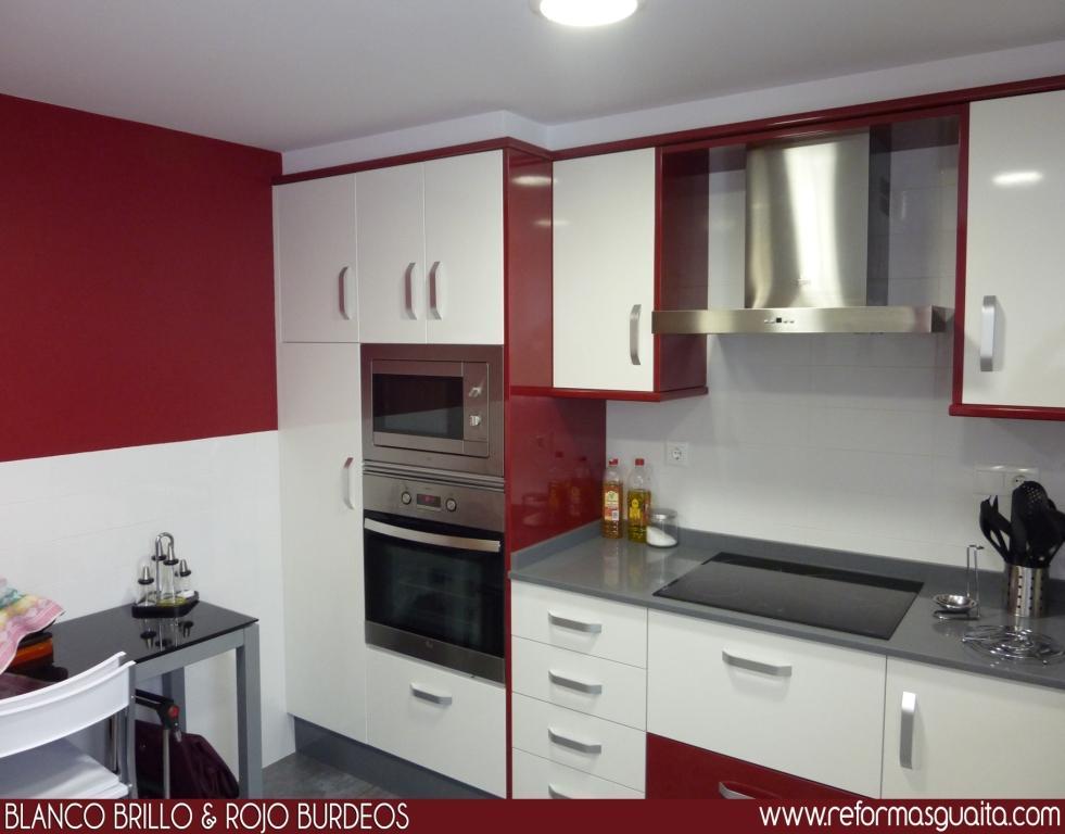 Mueble Baño Rojo: Cocina en blanco y rojo burdeos ~ reformas ...
