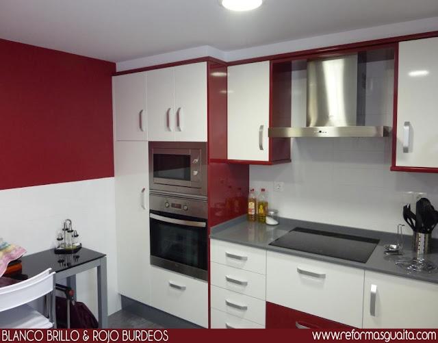 Cocina en Blanco y Rojo Burdeos Reformas Guaita