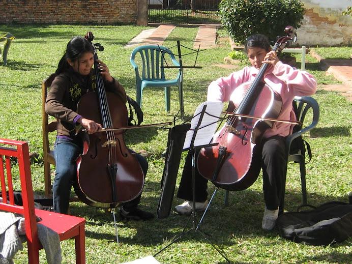 Cellostunde im Garten