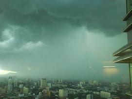 Gumpalan awan di sekeliling KLCC
