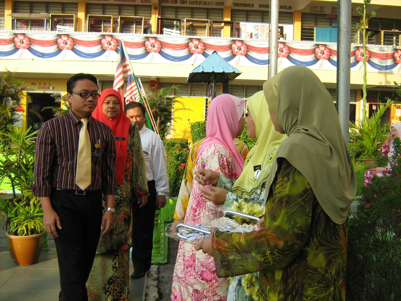 Penyerahan lencana 1Malaysia kepada semua guru
