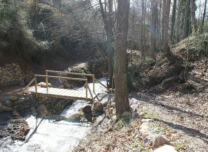 Small wooden bridge over the Río Tímar which you cross when walking the route of the Acequia de Castaños - foto: casa rural El Paraje