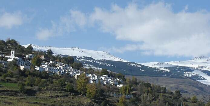 Village of Bérchules with snow-capped sierra - foto: casa rural El Paraje