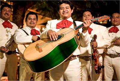 Мексиканская свадьба шумит речами, однако гости не поднимают бокалы со скоростью